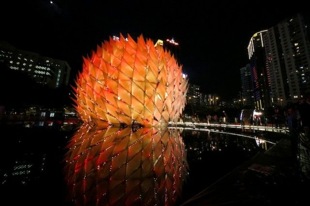 Golden Moon is a huge temporary architectural structure that mimics a giant lantern. The dome was designed by architects Kristof Crolla and Adam Fingrut in the Festival of Lee Kum Kee Lantern Wonderland in Hong Kong.