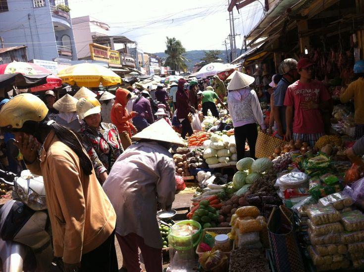 Cảnh đông đúc phía ngoài cổng chợ Dương Đông