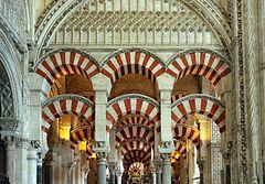La Mezquita de Córdoba fue hecho de piedra y ladrilla y esto edificio demuestra la arquitectura musulmana.