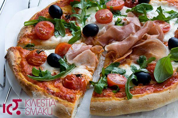 Przepis na pizzę. Najlepsza pizza na grubym cieście. Z serem, szynką i pomidorami.