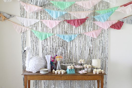 Mesa de dulces con fondo de cortina plata metalizada