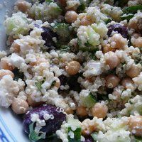 """Healthy Greek-Style Chickpea and Quinoa Salad"""""""