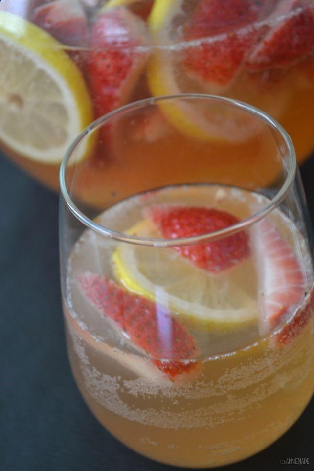 anniemade // Sparkling Strawberry Lemonade Sangria -- easy recipe