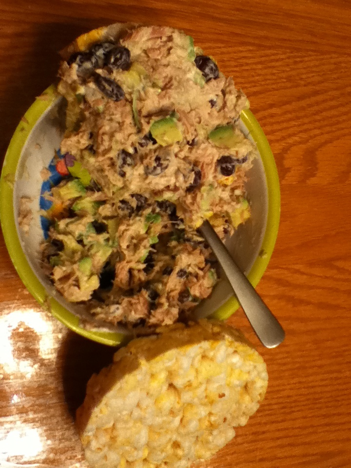 Rice cakes with tuna, tbspoon mayo, black beans & avocado