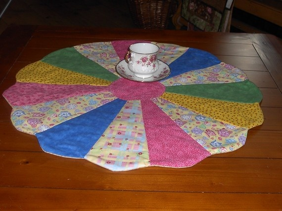 Dresden plate table topper quilts pinterest for Round table runner quilt pattern