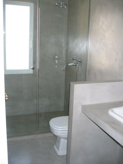 Baños Con Torre Ducha:baño con paredes, suelo y ducha de Microcemento de Arquide Estudio
