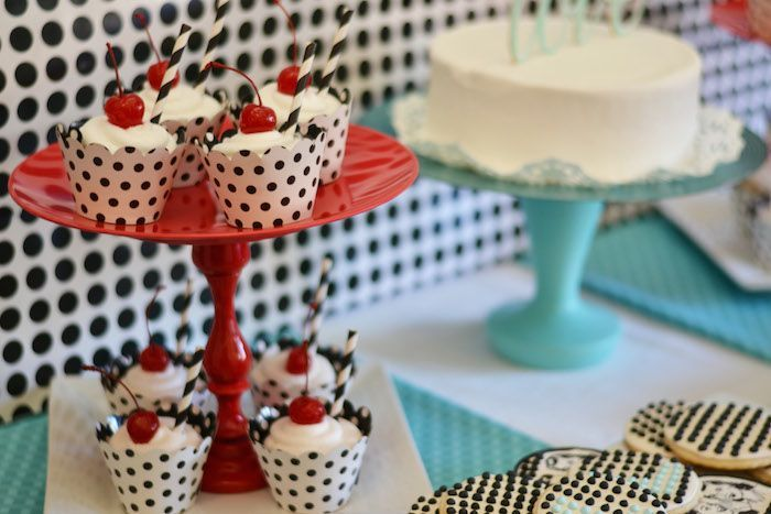 1950 39 s housewife retro themed bridal shower party for 1950s party decoration ideas