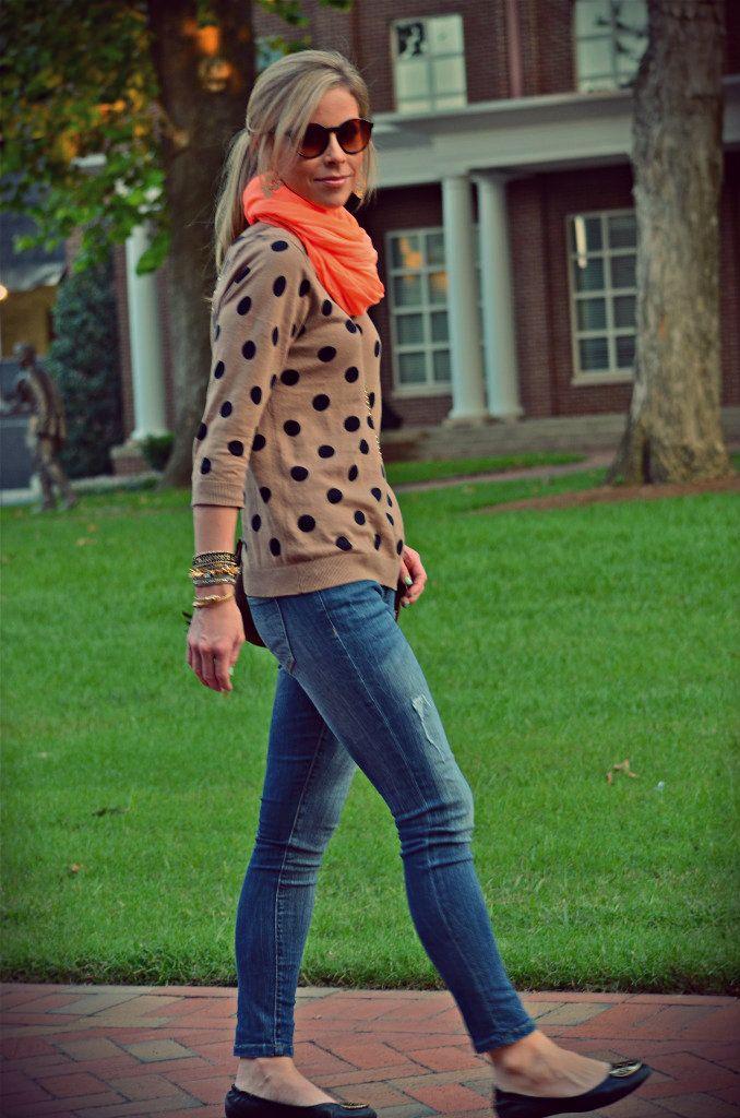 オレンジ色のマフラー