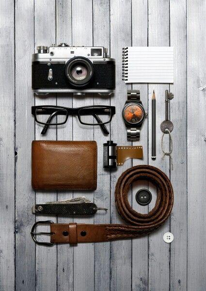 Equipo de un fotógrafo de boda. Cámara, cuaderno, lapiz, etc.