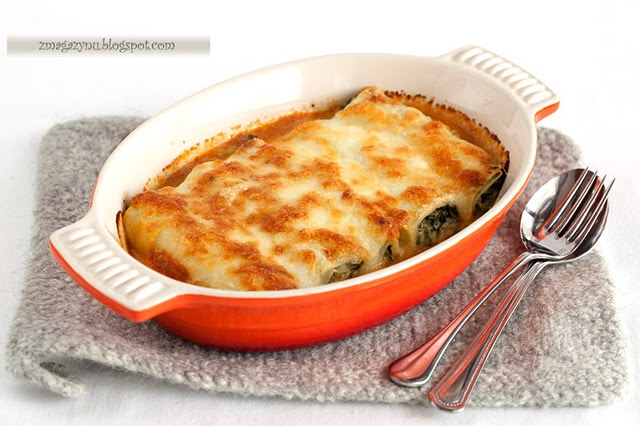 Pancake cannelloni with ricotta, spinach and tomato sauce (translate ...