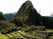 08 HUAYNA PICCHU - MACHU PICCHU - Las montañas Machu Picchu y Huayna Picchu son parte de una gran formación orográfica conocida como Batolito de Vilcabamba, en la Cordillera Central de los Andes peruanos. Se encuentran en la ribera o rivera izquierda del llamado Cañón del Urubamba, conocido antiguamente como Quebrada de Picchu. Al pie de los cerros y prácticamente rodeándolos, corre el río Vilcanota-Urubamba. El sitio arqueológico incaico se encuentra a medio camino entre las cimas de ambas