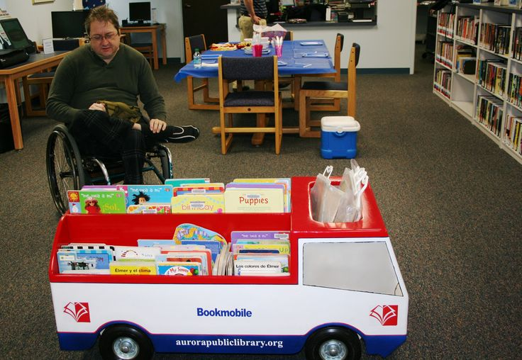 Bibliobús para los libros infantiles en el Aurora Public Library (U.S.A.)
