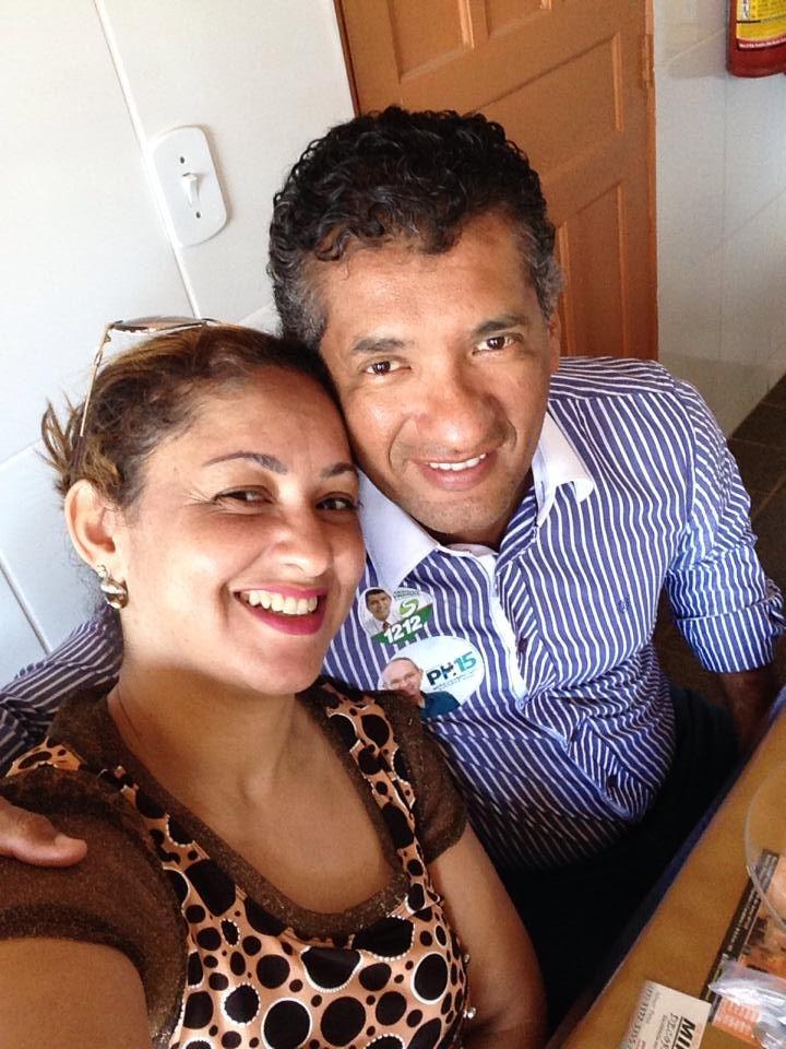 Selfie do casal hoje no horário do almoço, momentos antes de dar a contribuição aos amigos Deputado Federal Sergio Vidigal e o Governador Paulo Hartung