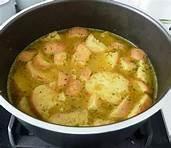 07 - La palabra sopa, al igual que sus cognatos sop,  soup en inglés, soupe en francés, zuppa en italiano, procede del germánico occidental suppa que se refería a una rebanada de pan sobre la que se vertía un caldo.