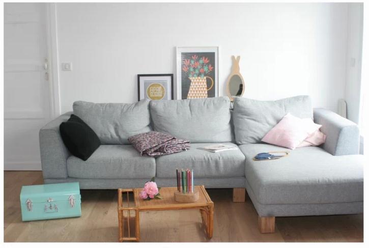 Un precioso sal n con un sof gris como protagonista for Sofa gris como pintar las paredes