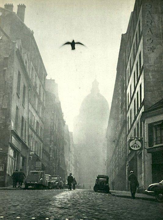 Jacques Boulas- La rue Valette mène au Panthéon et son dôme imposant, Paris, 1957.