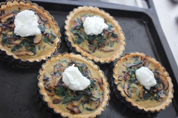 Caramelized onion, mushroom, and spinach tarts // howyouglow.com