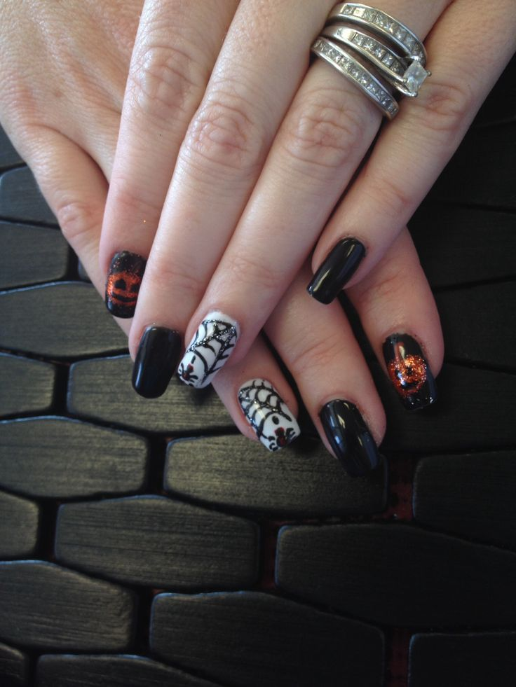 Shellac with designs of Halloween nails | nails | Pinterest