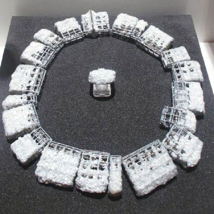 Ambroise Degenève - Collier: acier, perles de culture, fermoir et chaîne en argent. Bague: argent oxydé, perles de culture
