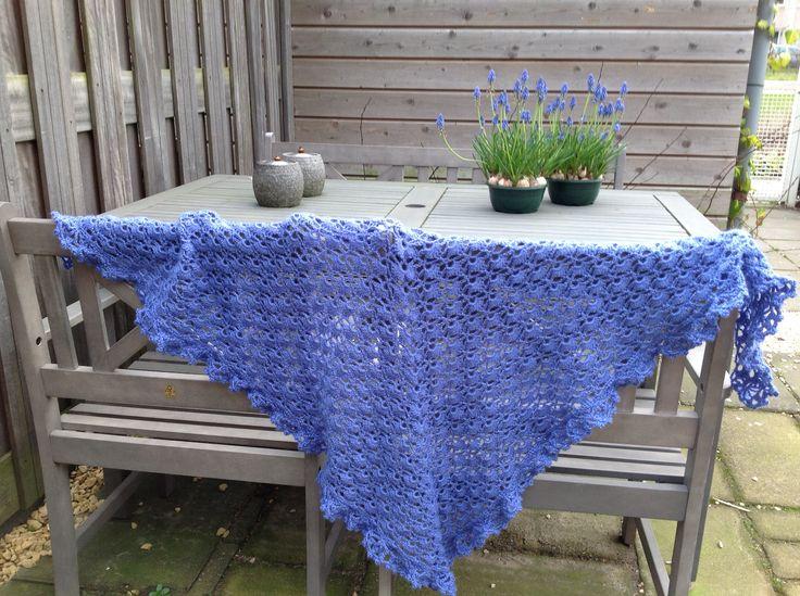 Triangle shell stitch crochet shawl DIY /// Crochet ...