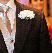 A lapela completa o visual do noivo. Adoro cravo! Acho elegante!