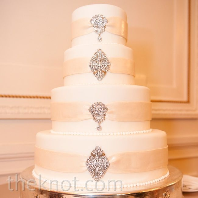 Vintage Wedding Cakes With Brooches