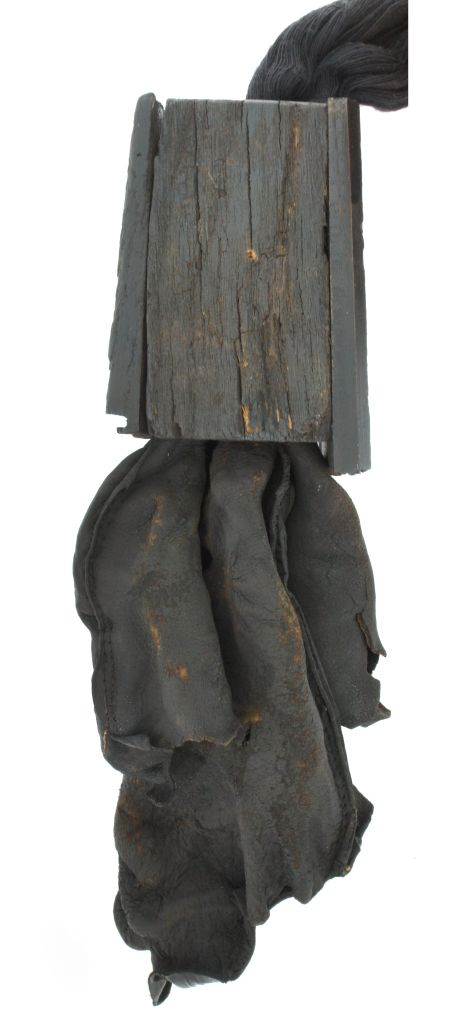 Tu eres la única que yo nunca amé / Anatomía de los pensamientos / Jorge Manilla  - Collar. Piel, madera, hilo de algodón.