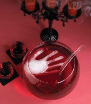 Llena un guante de plástico con agua y congélalo: cubitos de #halloween #crafts #manualidades #decoracion