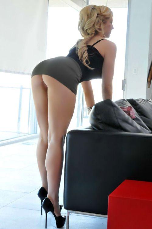 Короткое порно блондинки в короткой юбке на каблуках 86