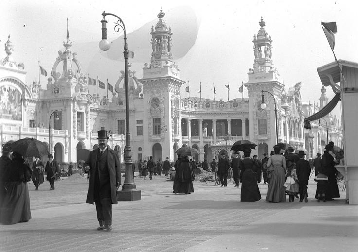 Paris, place des Invalides durant l'Expo 1900.