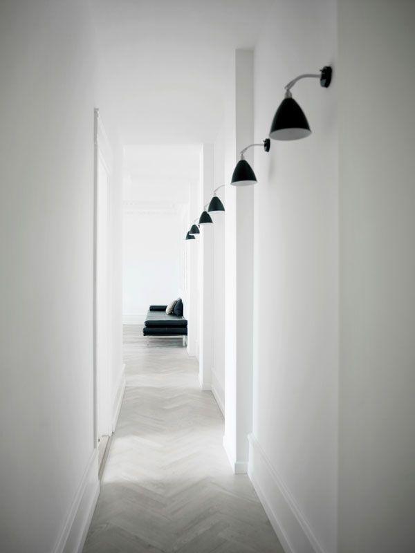 En vägglampa ger bra ledljus i en korridor eller trappa. Placerad bredvid spegeln ger den fint ljus åt ditt ansikte och intill en fåtölj lättar den upp läslampans riktade ljus.