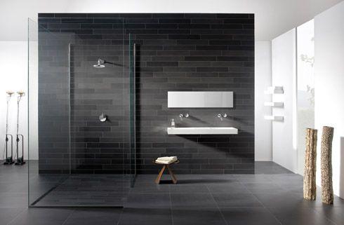 Donkere vloer, witte muren (stuc) met 1 betegelde muur bij de douche ...