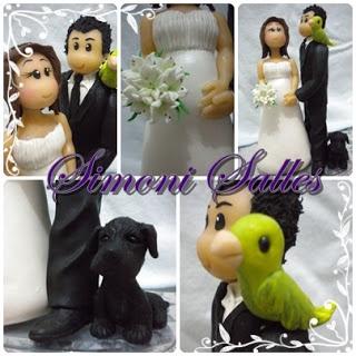 Casal de noivos, cachorro e papagaio