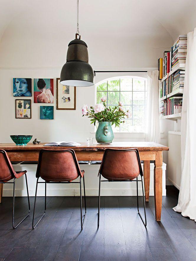Sala de jantar com mesa rústica