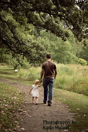 Daddy Daughter photo. Family Photographer in Menomonie, WI and Eau Claire, WI | Portraits http://katiemallett.wix.com/katiesphotography-