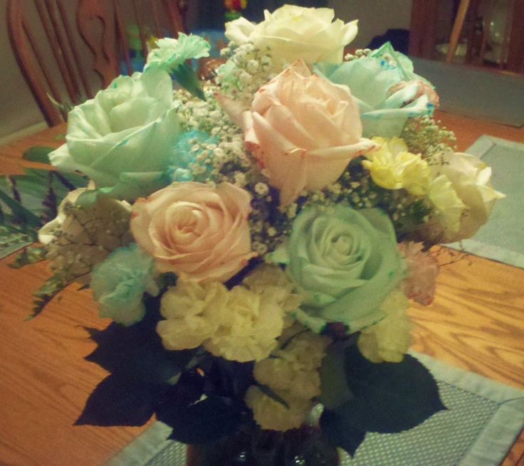 Dying white flowers with food coloring craft ideas for Food coloring roses