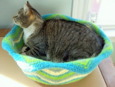 Chaton minet felted cat basket knitting pinterest - Felted wool cat bed pattern ...