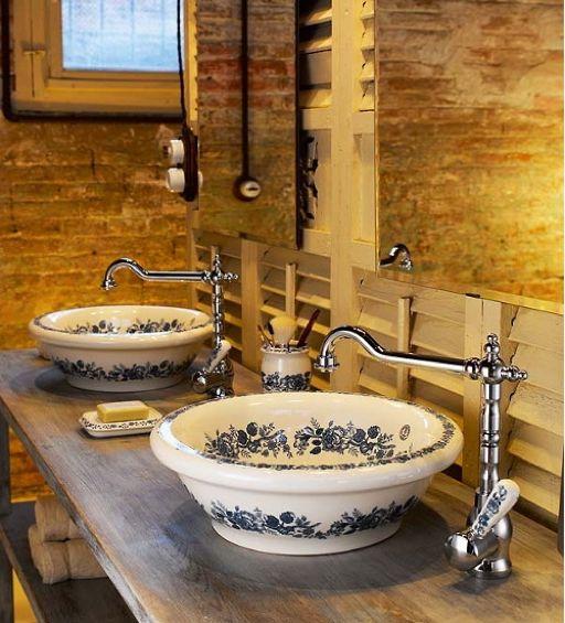 połączenie stylu industrialnego z wiejską łazienką, wrzozyste umywalki w kwiaty