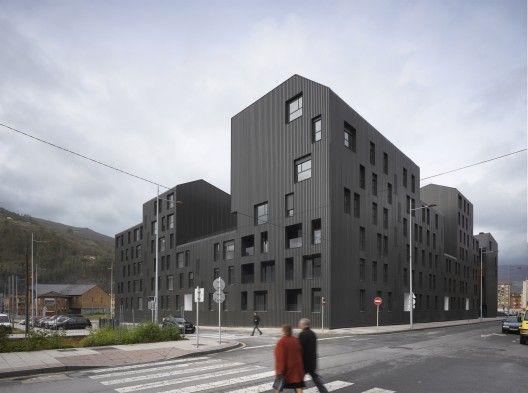 Conjunto de Viviendas Sociales Vivazz, Mieres / Zigzag Arquitectura © Roland Halbe
