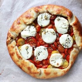 rustic galette with goat cheese and cherry tomatoes (in Danish)
