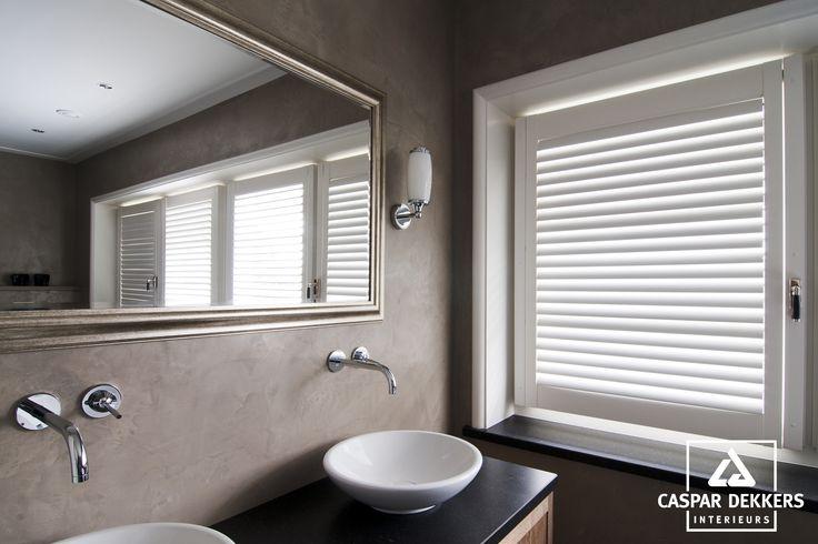 20170306 043701 shutters voor in badkamer - Badkamer romeinse stijl ...