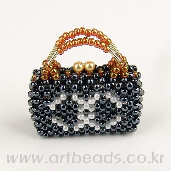 Sweet chanel beaded tiny purse with tutorial.