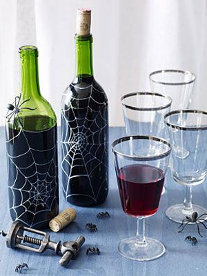 """""""5 Manualidades Botella de vino Spooktacular"""" Los patrones de tela de araña sobre éstas son impresionantes buscando ... yo los quiero.  :)"""