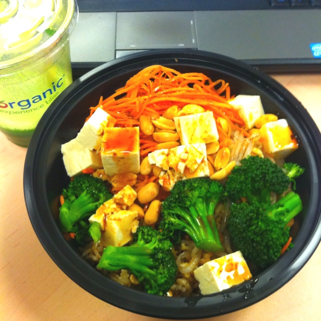 Bliss bowl- brown rice, broccoli, carrots, bean sprouts, peanuts and ...