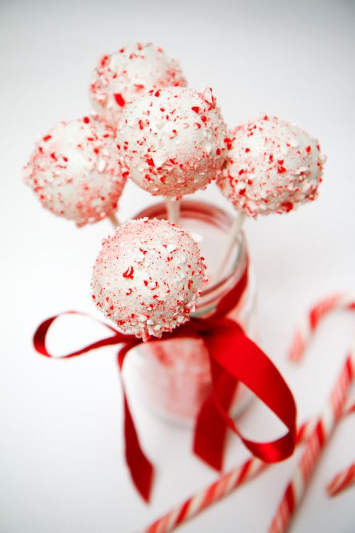 PEPPERMINT BROWNIE POPS Another Starbucks hack - delicious chocolate peppermint cake centre, covered in white chocolate and candy cane bits....