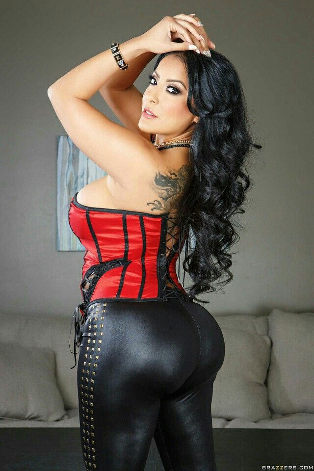 Brunette Latina slut Kiara Mia is showing her wet pussy № 152290 загрузить