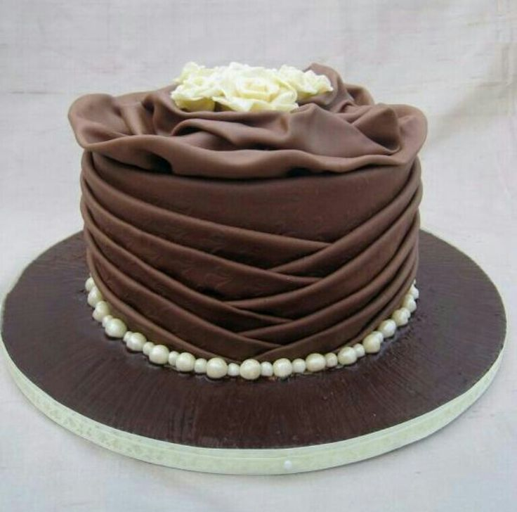 Simple and elegant chocolate cake. Cake decorations for ...
