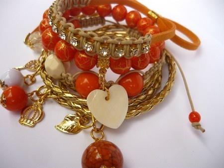 Mix de Pulseiras - Bella Donna / Este lindo Mix de Pulseiras é composto por 04 pulseiras confeccionadas com couro trançado, 01 pulseira de camurça com strass, 01 pulseira shambala e para completar a beleza dessa peça, 01 pulseira de contas rajadas na cor laranja com dourado.  O pingente de madrepérola em forma de coração deixa esse acessório um show.