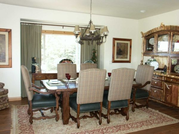 Traditional rustic dining room for Traditional dining room pinterest
