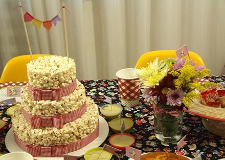 Arraial com Chá de Cozinha - http://www.chocolatesemcalorias.com.br/Arraial-com-Cha-de-Cozinha  #Arraial #Caipira #festajunina #Chadecozinha #DIY #sitiodopicapauamarelo #emilia #bolo #pipoca #flores #party